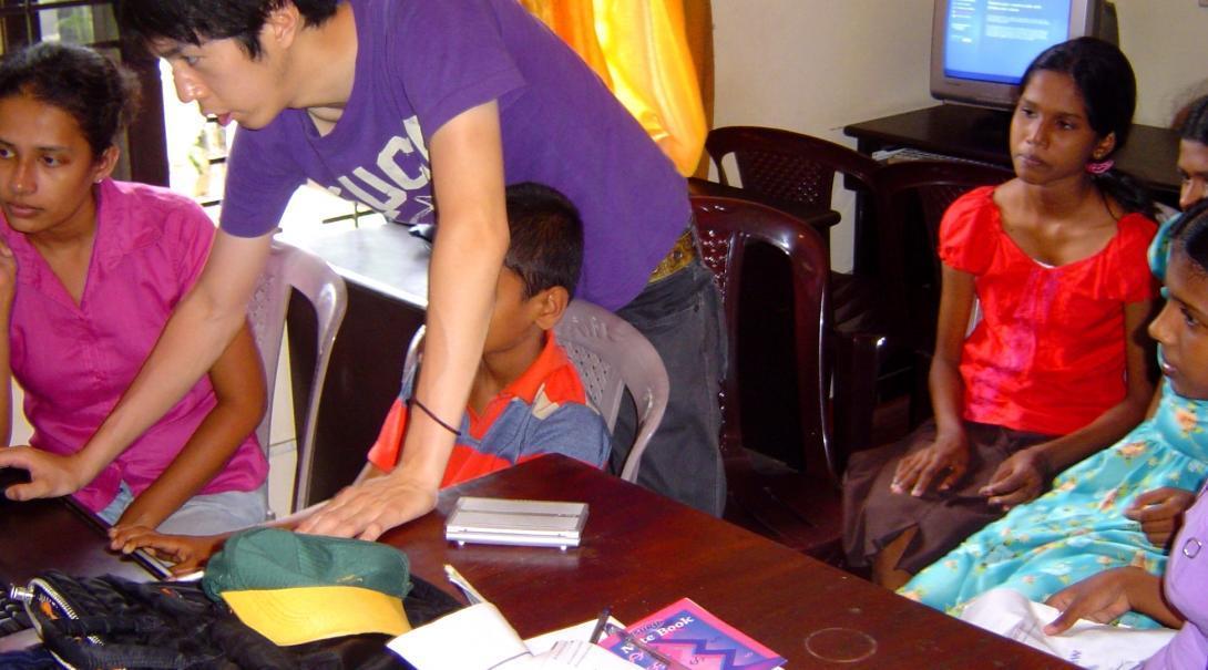 Alumnos aprendiendo a utilizar el computador en nuestro voluntariado para enseñar informática en Sri Lanka.